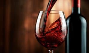 יין אדום בכוס